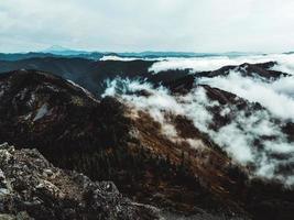 sommet de montagne nuageux