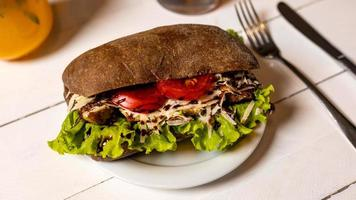 sandwich au poulet, laitue et tomate