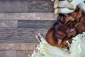 champignons sur fond de bois photo