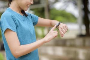 heureuse jeune femme à l'aide de smart watch