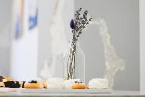 bouquet de lavande sur une table photo