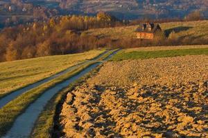 maison de campagne dans les champs d'automne
