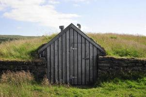 Maison de gazon islandaise couverte d'herbe
