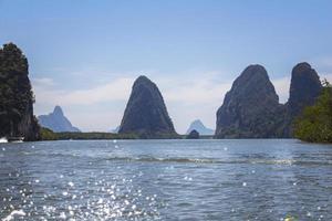 gros rochers dans l'eau à phang-nga photo
