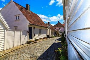 maisons blanches avec toit de tuiles anciennes photo