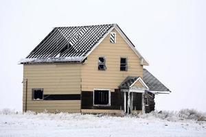 Maison de ferme sans toit abandonnée en hiver photo