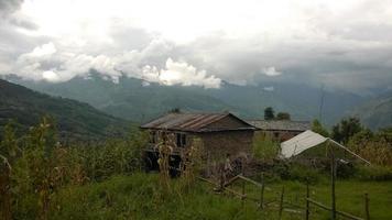village à flanc de colline photo