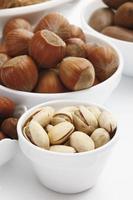diverses noix dans des bols photo