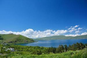 Côte du lac Sevan avec maisons