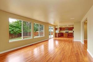 Intérieur de la maison vide avec nouveau plancher de bois franc photo