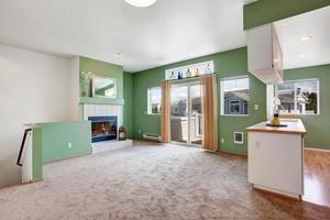 intérieur de la maison. salon vide avec cheminée photo