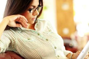 femme d & # 39; affaires dans des verres lisant quelque chose