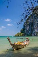 bateau en bois sur la mer photo