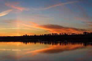lac lever du soleil ciel nuages réflexion