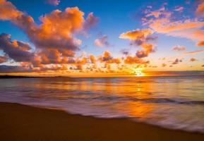 beau coucher de soleil tropical sur la plage photo