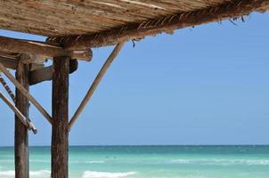 pare-soleil sur la plage photo
