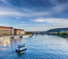 Bateaux de tourisme sur la rivière Vltava à Prague photo