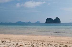 magnifique plage ensoleillée à phuket thaïlande photo