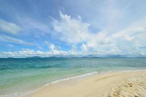 paisible plage de sable blanc sur l'île de talu photo