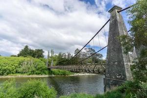 Vue latérale du pont suspendu de Clifden