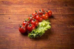 tomates rouges sur table en bois
