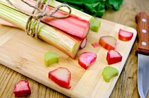 coupe de rhubarbe et couteau à bord
