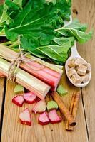 rhubarbe à bord avec sucre et cannelle photo
