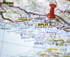 broche rouge avec split comme destination de voyage photo