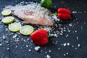 poisson tilapia frais avec sel et assaisonnement
