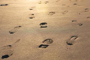 des pas dans le sable