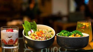 plats de légumes avec pudding de chia