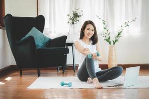 femme asiatique, utilisation, haltères, chez soi photo