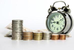 pièces de monnaie et un réveil