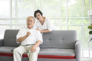 heureux couple de personnes âgées photo
