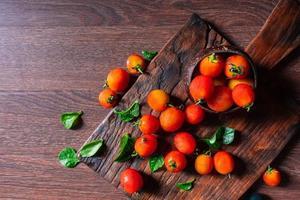 tomates rouges fraîches sur fond de bois photo