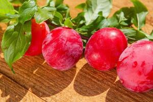 prunes fraîches sur table en bois