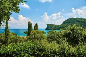 lac de garde par une journée ensoleillée