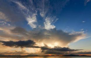 nuages colorés et dramatiques au coucher du soleil