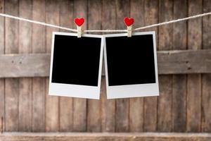 deux vieux cadre photo accroché à la corde à linge