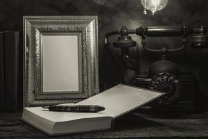 nature morte de téléphone vintage avec cadre photo