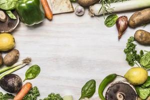 cadre champignons oignon légumes verts citron poivron ail blanc rustique
