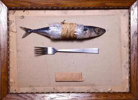 nature morte au maquereau, fourchette, fond en carton et ancien cadre.