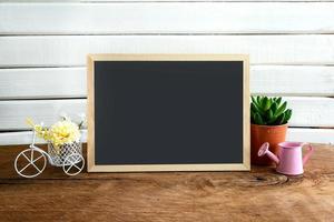 décoration d'étagère avec tableau noir et fleur sur fond blanc photo