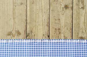 Nappe bleue sur table en bois photo