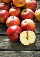 pommes sur fond de bois
