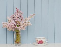 bouquet de lilas et tasse de thé