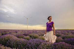 fille dans un champ de lavande. photo