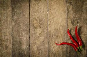 paprika rouge sur table en bois