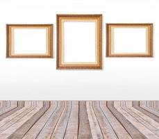 ensemble de cadres photo vintage or sur le mur