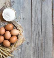 œufs de poule, blé et farine photo